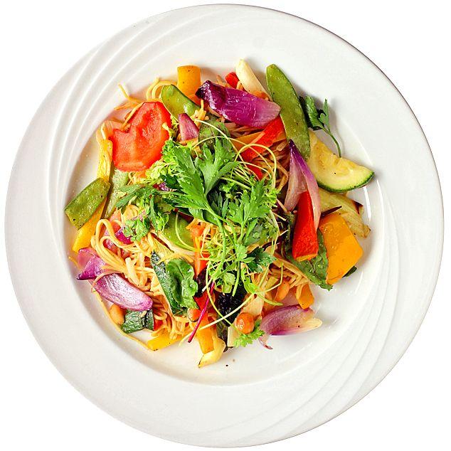 Vegetarisk wok med äggnudlar.