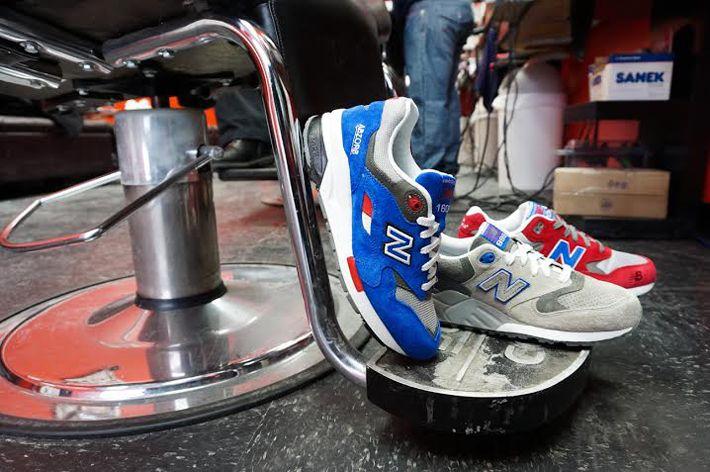 Dopo molti anni passati nell'archivio dei modelli storici NB, queste 3 sneakers vengono finalmente rilanciate nella primavera 2014 in tre diverse versioni ognuna ispirata proprio ai colori delle colonnine cilindriche a strisce biance/rosse/blu che erano le insegne dei barbieri americani di una volta.   #newbalance #barbershop #awlab