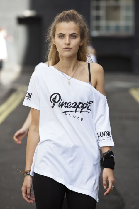 Pineapple Dance style. Oversized tee. Street dance clothes.