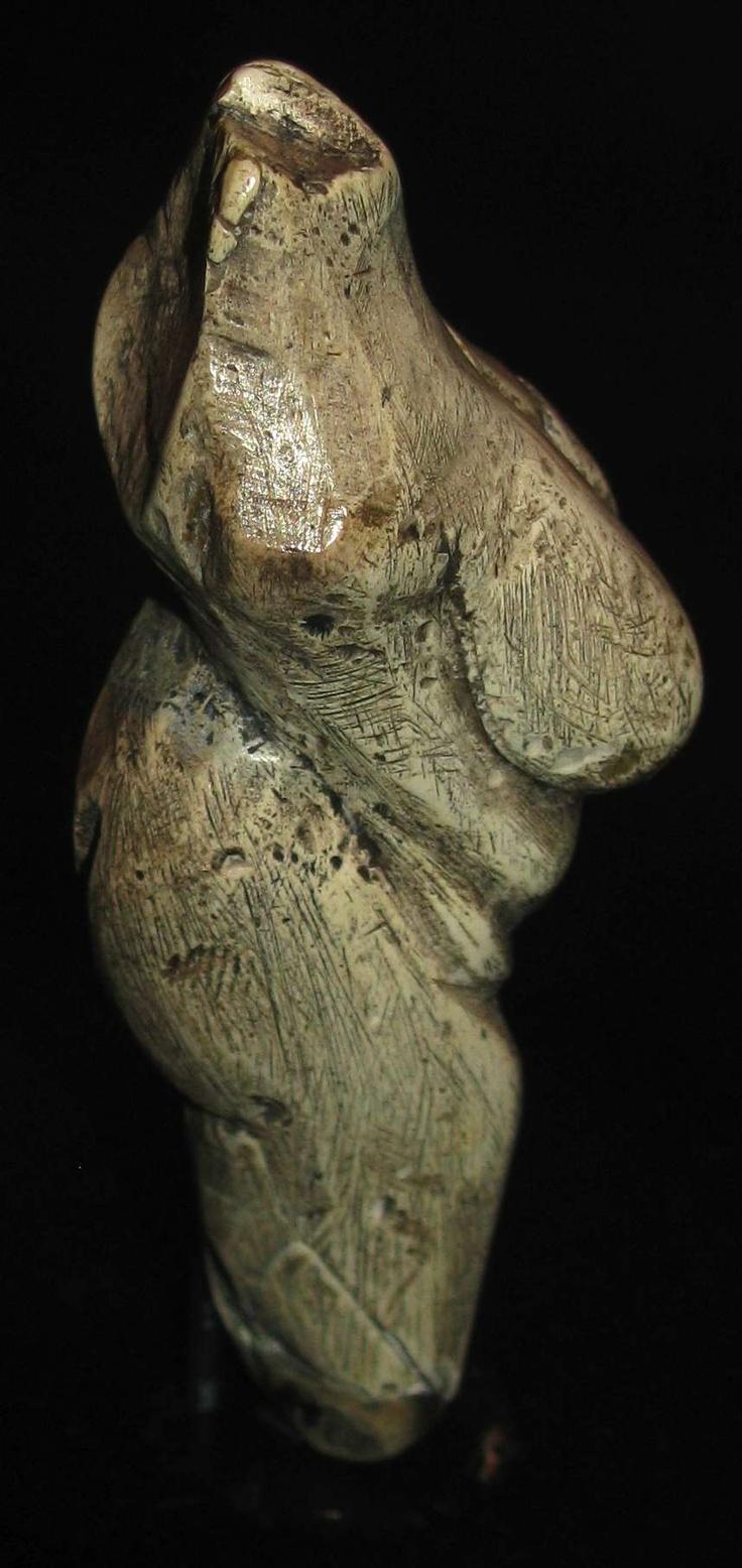 Venus of Moravany.- Petite figurine préhistorique découverte en Slovaquie au début du 20°s. Elle a été découverte par un laboureur dans son terrain en 1930. Elle est en ivoire, taillée dans des défenses de mammouth et est datée de 22 800 avant notre ère, soit du Paléolithique supérieur. Elle est aujourd'hui exposée dans le Musée National Slovaque au chateau de Bratislava.