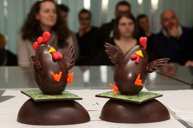 Le uova di Pasqua originali. Uova di cioccolato decorate e modellate a mano.