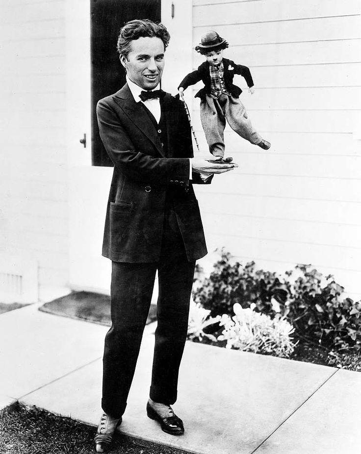 Ο Τσάρλι Τσάπλιν εν έτει 1917 κρατά μία μαριονέτα του χαρακτήρα του βωβού κινηματογράφου της ταινίας... - Παρέχεται από: Pegasus Interactive
