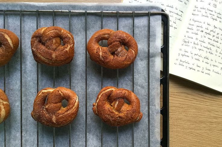 Pretzels de canela con glaseado de calabaza <3 http://chezlublu.es/recipe/pretzels-de-canela-con-glaseado-de-calabaza-y-sin-lactosa/