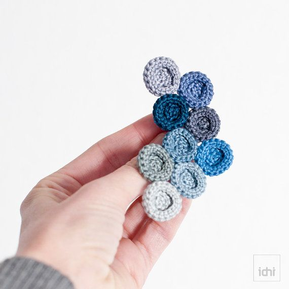Broche de circulos de ganchillo. Tonalidades azules . por idniama