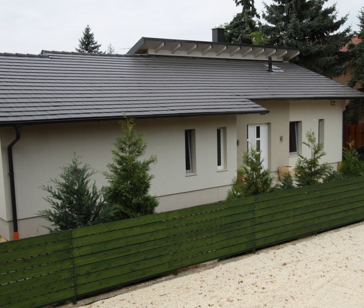 Zenit tetőcserép modern stílusban, Carbon színben egy sötét hangulatú házképen.