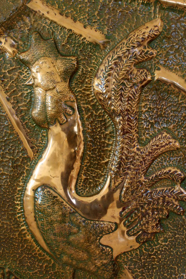 En las tradiciones nórdicas el #gallo es un símbolo de vigilancia guerrera; prevenía a los dioses del ataque de los gigantes. En el mundo #occidental, se coloca en la parte más elevada de #catedrales e #iglesias como ahuyentador de la #muerte y los #demonios. Universalmente es un símbolo #solar.