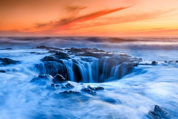 The Thor's Well basically a deep hole in the rocks off a rough stretch of the Oregon coast. As the waves crash in, it fills up, spouts water 20 feet in the air and overflows, before sucking the water back in and out to sea. It's pretty cool! #oregon #thor #well #usa #coast #sea #waves #gateway #underworld #sunset