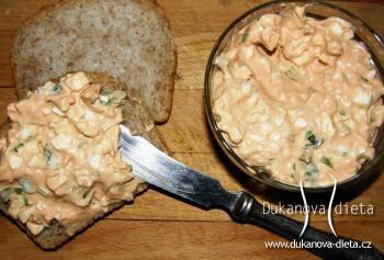 Pomazánka tvarohová s vejci  3 vejce 1 střední cibule 1,5 polévkové lžíce nízkotučného tvarohu 1 malá lžička hořčice sůl, pepř, granulovaný česnek kopr, petržel listy  Uvařit vejce a nakrájet na malé kostičky. Cibuli také nakrájet na drobné kostičky a smíchat s vejci. Přidat tvaroh a hořčicí - promíchat. Na konci přidat nasekaný kopr a petrželku a okořenit. Nechat v ledničce na několik hodin.