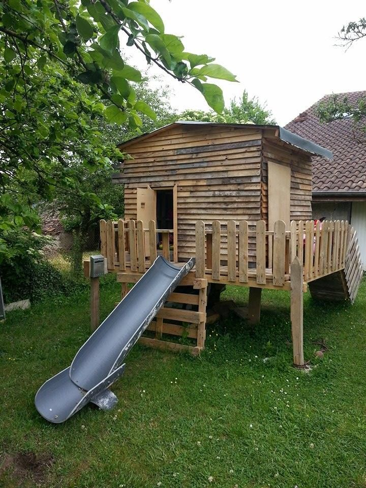 Cabane enfants en bois de palettes. Réalisé avec des palettes récupérées, un tuyau PVC et du goudron (toit) gentiment donné ainsi que des bois de charpente, deux panneaux OSB et quelques visses et clous achetés