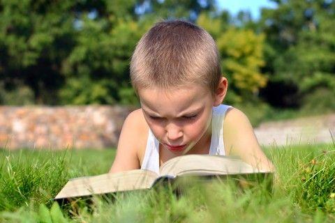 Leggere in vacanza aiuta a sognare, a crescere e tiene compagnia