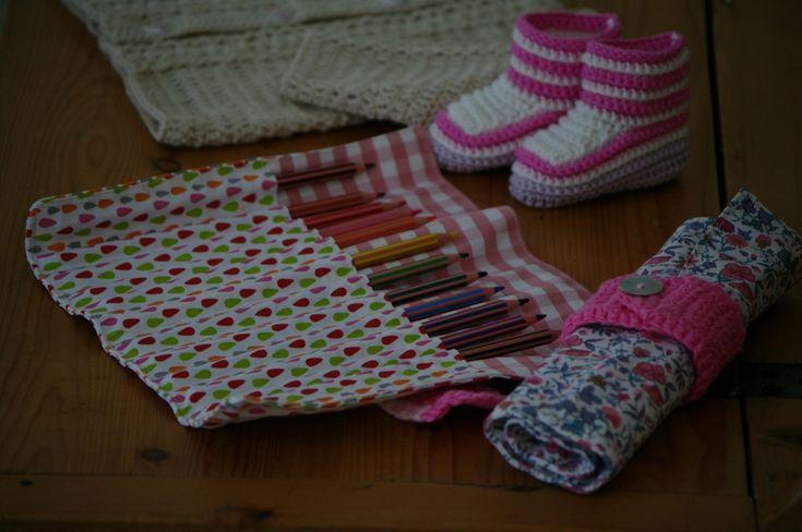 Cadeaux de naissance, chaussons au crochet pour bébé et trousses pour les ainés