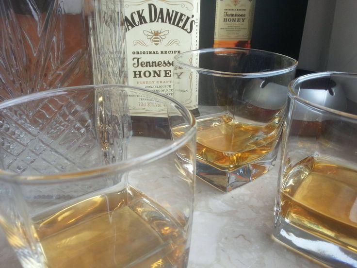 I kto powiedział, że nie lubi poniedziałków? Ja lubię, szczególnie wieczorkiem z Jackiem #wybeetnepolaczenie #miodowyJack #TennesseeHoney https://www.facebook.com/photo.php?fbid=1027134064029596&set=o.145945315936&type=3&theater