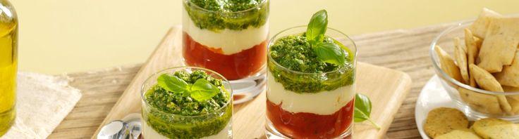 Ben je gek op salade caprese? Maak het dan eens in een glaasje. Een heerlijk gerecht en het ziet er nog eens extra speciaal uit!