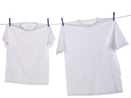 mencuci pakaian putih