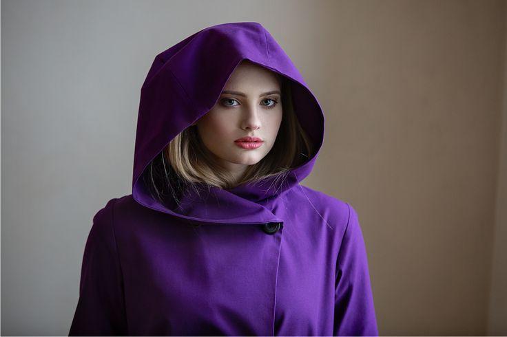 Fialový+kabátek+s+kapucí+Úžasný+fialový+trenčkot+s+kapucí.+Dvouřadé+zapínání,+čtyři+knoflíky,+kapsy+ve+švu,+pásek,+na+zádech+protizáhyb,+kulaté+dolní+okraje.+Kabát+je+ušitý+z+krásného+kvalitního+bavlněného+kepru+a+vypodšívkovaný+viskózovou+podšívkou.+složení:+100+%+bavlna,+podšívka+100+%+viskóza+Ráda+vám+kabát+ušiji+na+míru+či+v+jiné+barvě....