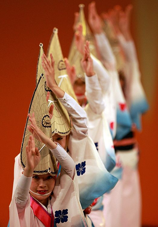 Japanese Awa Odori dancers: photo by  Takero KAWABATA. S)