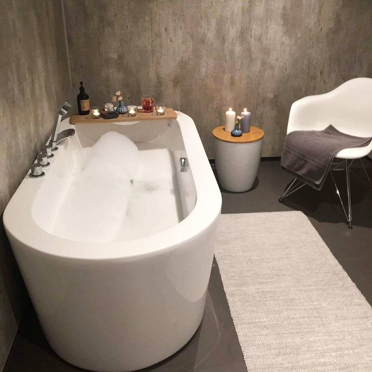 Kortreist lykke ...Egentid er gull verdt _____________________________________#baderom #bathroom #bathtub #bad #vikingbad #inspire_me_home_decor #interior123 #interior4all #interior125 #interior9508 #instahomes #inspotoyourhome #mynordicroom #nordiskehjem #nordiskahem #middleweekinspiration @homeby_anja