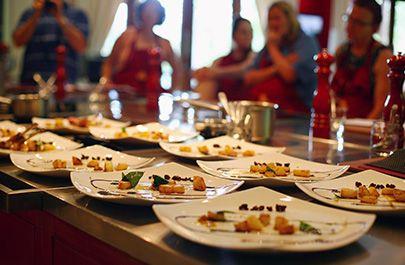 """""""Productos de aquí – comidas de allá"""" es el show cooking de Fescigu y Camerino Café con el que aprenderemos a preparar deliciosos platos exóticos (snacks, pinchos y tapas) utilizando únicamente ingredientes de calidad, producidos y adquiridos en mercados locales. Información: 949 22 19 23."""