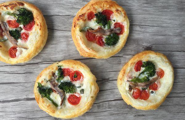 Tortine con broccoli, pomodorini e acciughe