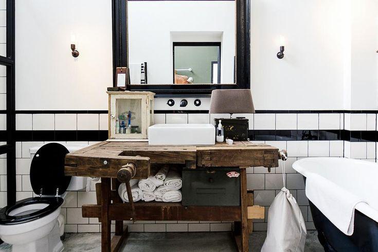 LOFT-GARAGE AD AMSTERDAM: IL BAGNO Atmosfera vintage anche nel bagno. Il tavolo di lavoro di una vecchia bottega artigiana diventa un originale mobile bagno che accoglie un lavabo ad appoggio. D'epoca anche il mobiletto farmacia e la vasca da bagno in metallo smaltato.