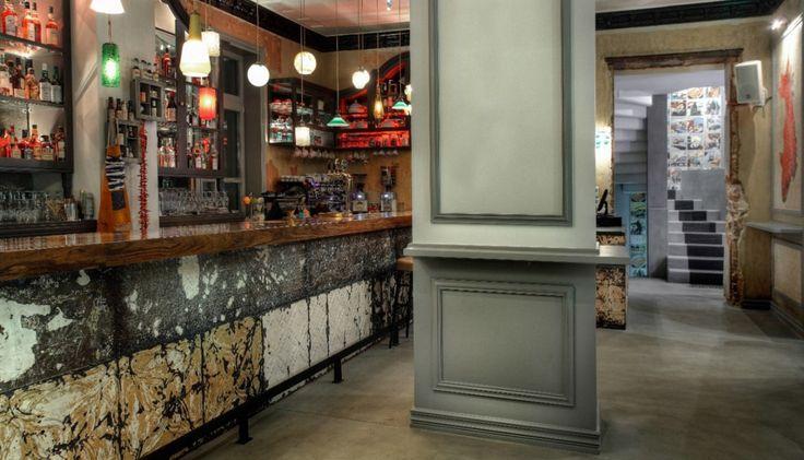 Μπορεί το The Dalliance House να μην είναι μια νέα άφιξη, αλλά είναι σίγουρα ένα από τα δυο πιο αγαπητά bar-restaurants της Κηφισιάς, που μέσα στα λίγα χρόνια λειτουργίας τους θεωρήθηκαν διαχρονικά, επειδή ακριβώς δημιούργησαν εξαρχής ένα δικό τους κοινό.