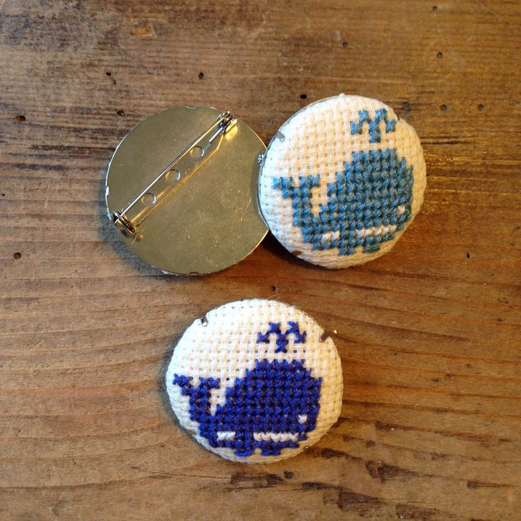 Spille a punto croce con balene by Impiastro viola #whales #crossstitch #pins
