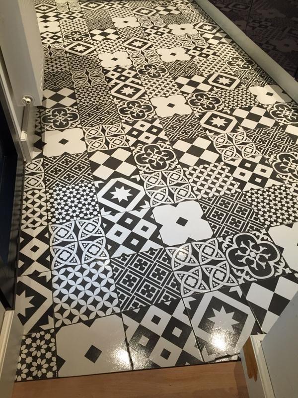 carrelage sol et mur noir et blanc