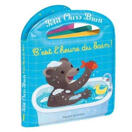 C'est l'heure du bain, et Petit Ours Brun sait bien comment faire ! Aidé de Maman, il se déshabille, il se lave et ensuite il met son pyjama. La toilette y est abordée de façon simple et, à chaque étape, on apprend des mots nouveaux. Petit Ours Brun tient compagnie aux enfants grâce à ce livre-imagier tout en mousse ! Avec 1 histoire + 3 petits imagiers + 2 jouets.