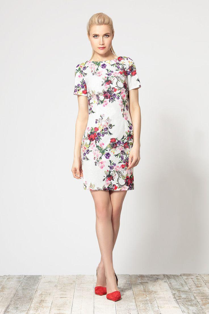 Комфортное платье полуприлегающего силуэта на подкладке, выполненное из легкой фактурной ткани с ярким цветочным принтом.