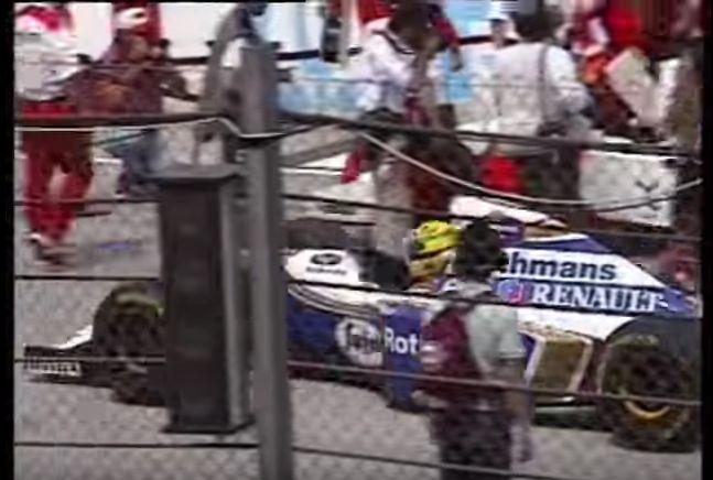 Ayrton Senna leva sua Williams ao grid durante volta de instalação em Imola (YouTube/Reprodução)