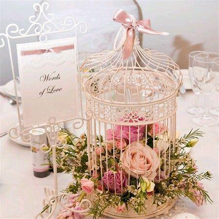 usa jaulas decorativas como bellos centros de mesa para un evento elegante como una boda