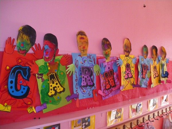 Fresque carnaval avec - maquillage à l'encre des visages agrandis et photocopiés des élèves - décoration d'un format A3 avec gommettes rondes (confettis) et circonvolutions à l'encre (serpentins) - et, collage de mains et de pieds pour finir le drôle de personnage  qui a beaucoup amusé les enfants! http://www.ecolepetitesection.com/article-tribune-libre-affiches-de-carnaval-chez-krol-71581317.html