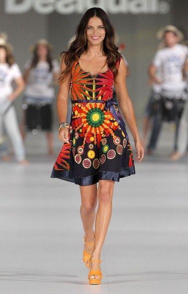 Adriana Lima défile pour Desigual lors de la Fashion Week Barcelona 2014 !