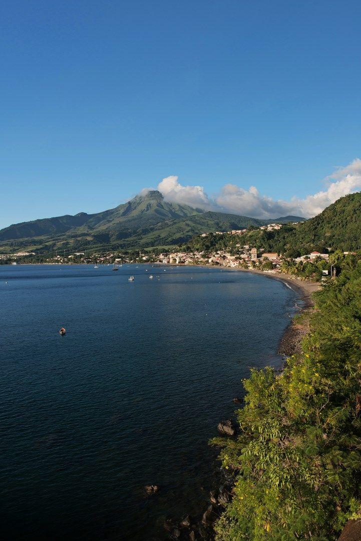 La rade de Saint-Pierre en Martinique avec le volcan de la montagne Pélée. Un voyage extraordinaire en 2012. Je suis montée sur le volcan! Toute une expérience pour la géographe que je suis!