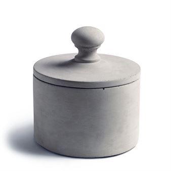 Plupp burk med lock är en cylinderformad förvaring till pennor, smycken och andra småsaker. Den är tillverkad i betong och en del i Tove Admans klassiska serie Plupp. En smart förvaring men också en vacker dekoration!