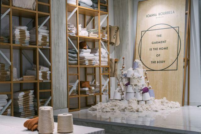 Λαμπερή επίδειξη μόδας με παρέα το νερό Θεόνη: Στην εντυπωσιακή επίδειξη μόδας της Ελληνίδας σχεδιάστριας Ιωάννας Κουρμπέλα συμμετείχε ως…