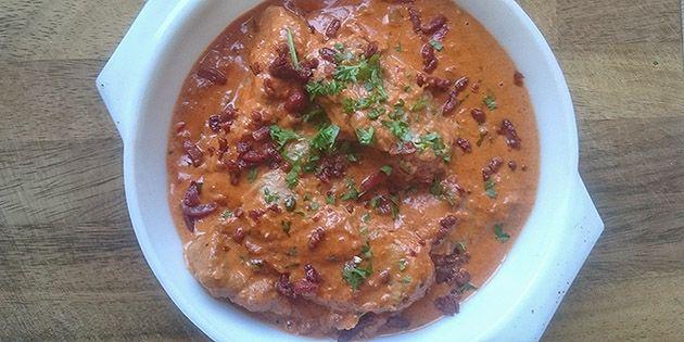 Ufattelig lækker mørbradgryde med sprød bacon og peberfrugt samt den skønneste cremede flødesovs med paprika.