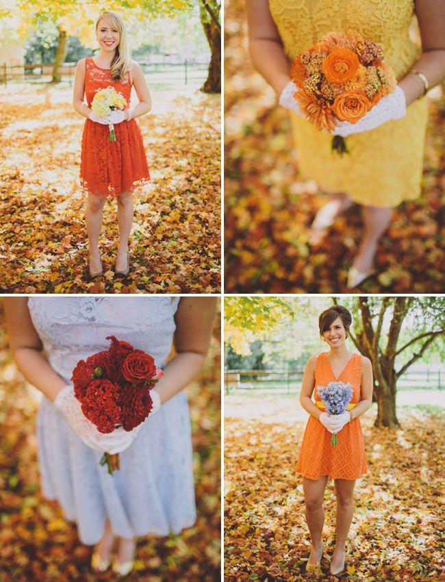 La Robe orange en haut a gauche et les matchs de couleurs pour filles d'honneur