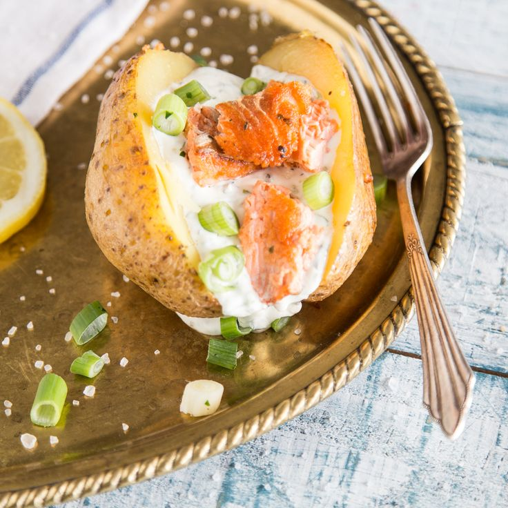 Ofenkartoffel mit gebratenem Lachs und Joghurtcreme