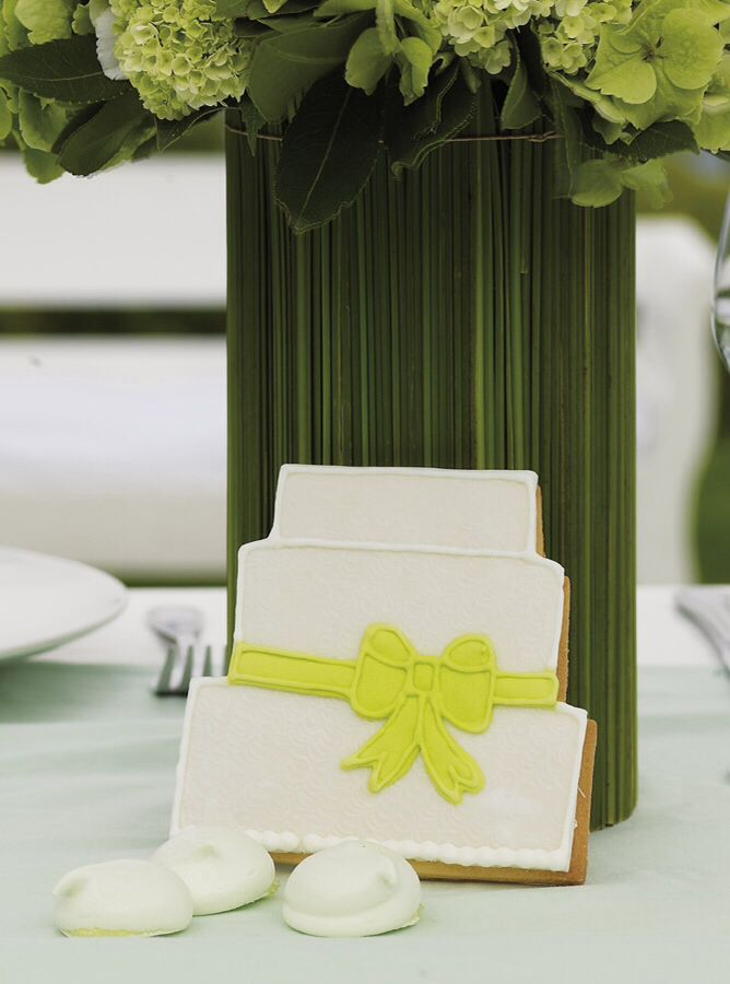 Wedding cookies are so cute use them as a weeding favor, your guests will love it http://www.instyle.gr/photo-gallery/gamos-se-nisi-trapezi-pou-tha-afisi-istoria/