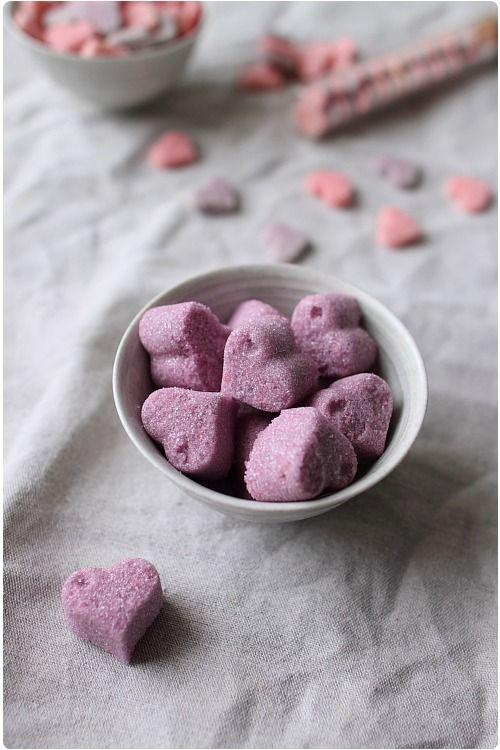 Petits sucres décoratifs maison (coeurs) sans moule :  Pour une centaine de sucre cœur :     230g de sucre     1cs rase de blanc d'oeuf     colorant liquide