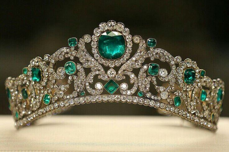 Tiara of Angouleme duchess , made for the daughter of Louis XVI and later kept as one of her favorite piece of jewelry by the empress Eugenie, wife of Napoleon IIIrd. Set of 40 emeralds and 1031 diamonds.