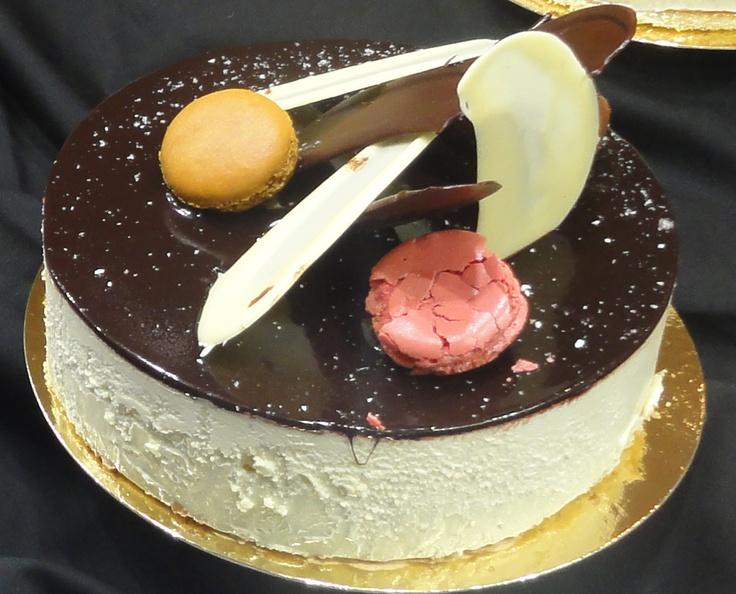 Chocolade ijstaart met aardbeien vulling