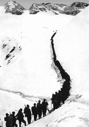 Una colonna di alpini in marcia sul Cadore. (1915)