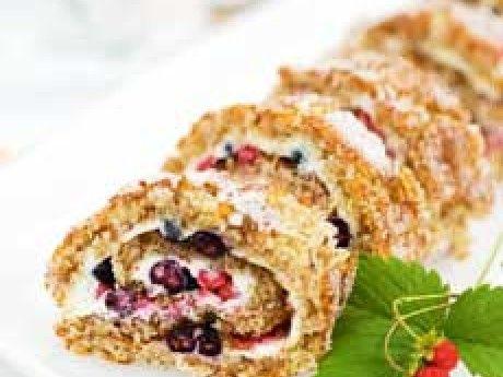 Baka gott och glutenfritt – recept på nötrulltårta med färskost och bär