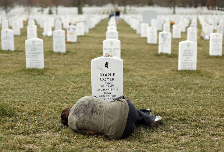 Lesleigh Coyer, 25enne di Saginaw (Michigan, Stati Uniti), sdraiata sul prato di fronte alla tomba del fratello Ryan Coyer al cimitero nazionale di Arlington, in Virginia, l'11 marzo 2013. Ryan Coyer aveva combattuto per l'esercito statunitense sia in Iraq che in Afghanistan: è morto per dle ferite riportate mentre si trovava in Afghanistan. (REUTERS/Kevin Lamarque/Files)