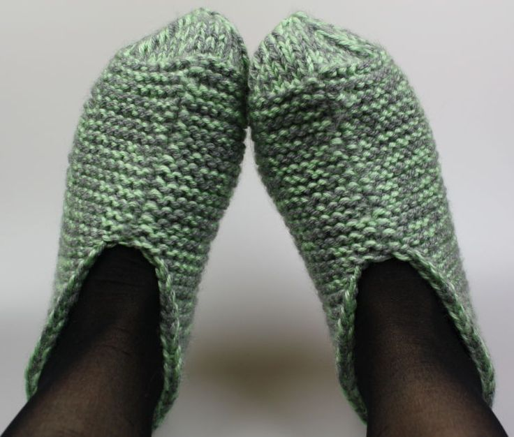 Mit diesen kuscheligen Hausschuhen hast Du nie mehr kalte Füße! Lerne hier, wie Du Deine eigenen Hausschuhe stricken kannst - gleich ausprobieren!