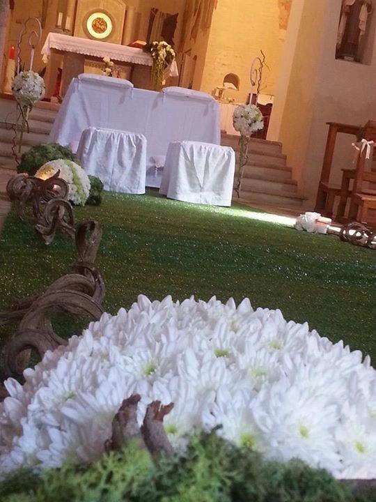 Addobbo rustico con liane e tappeto di erba. By ️️PROFUMO DI FIORI