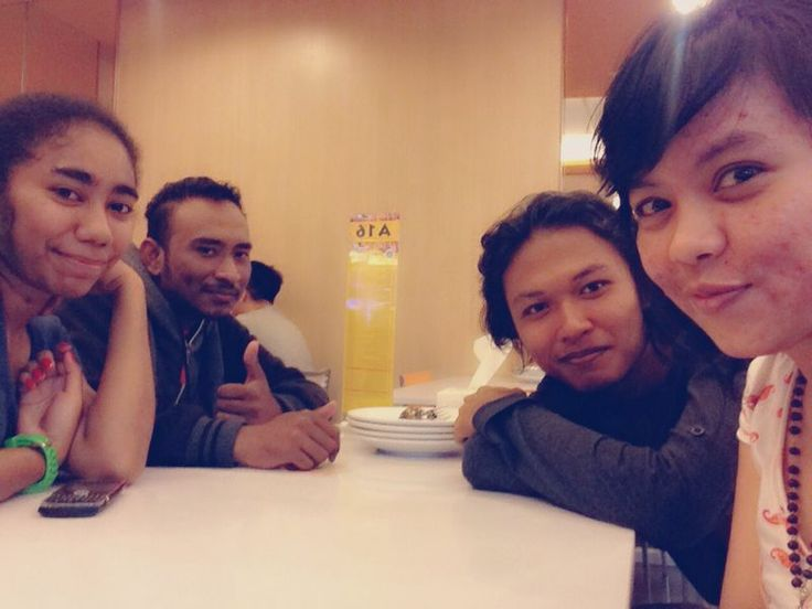 after hunting books, time for lunch with my friends...(me, stevy, randa, sonya)