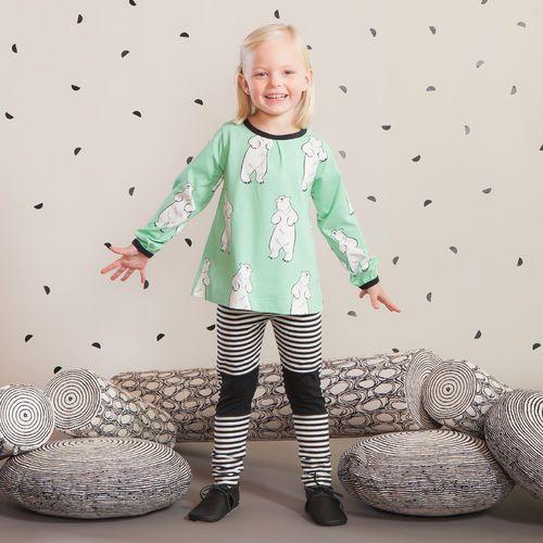 TILKKU baby leggings, musta - vanilja  NOSH Lasten talvimallistossa seikkailevat lempeän pehmeät jääkarhut, graafiset raidat ja ilmeikkäät leikkaukset. Tutustu mallistoon ja tilaa verkosta, NOSH vaatekutsuilta tai edustajalta www.nosh.fi / (This collection is available only in Finland )